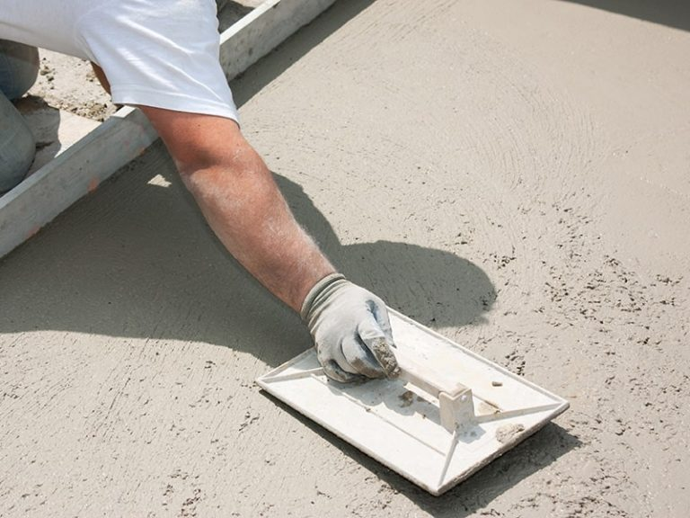 concreter working on a wet concrete driveway on the Gold Coast